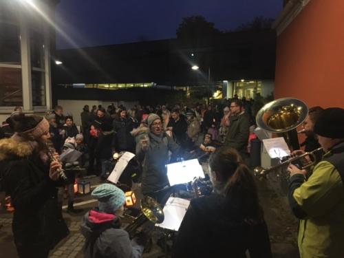 JuKa-Abordnung umrahmt Laterne laufen vom Kindi Bahnhofstraße am 15. November 2019